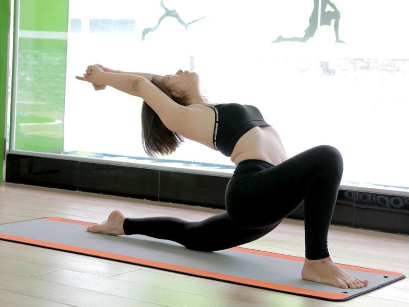 9-bai-tap-yoga-chua-dau-lung-va-giup-voc-dang-thon-dep-4